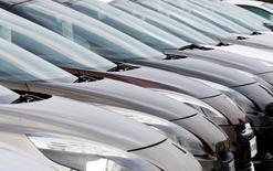 Les immatriculations de voitures neuves en France ont accéléré à nouveau en juin, affichant une croissance de 3,2% par rapport au mois identique de 2013, alors qu'elles s'étaient hissées de seulement 0,1% en mai. /Photo d'archives/REUTERS/Régis Duvignau