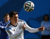 Jogador argentino Lionel Messi cabeceia a bola durante treino na Arena Corinthians, em São Paulo. 30/06/2014. REUTERS/Paul Hanna