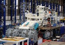 Empleados de Soil Machine Dynamics trabajan en una mina bajo mar construyendo Natilus Minerals en Wallsend, 14 de abril de 2014. La actividad manufacturera en Gran Bretaña se expandió en junio a su ritmo más rápido en siete meses, según un sondeo reportado el martes, mientras que la creación de nuevos puestos de trabajo en el sector exhibió su ritmo más acelerado en más de tres años. REUTERS/ Nigel Roddis