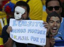 Torcedores do Uruguai com cartaz de apoio a Luis Suárez, no Estádio do Maracanã, Rio de Janeiro. 28/6/2014  REUTERS/Michael Dalder