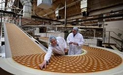 """Usine de biscuits McVitie's à Stockport, en Angleterre. United Biscuits, propriétaire de la marque et également de BN et Delacre, envisagerait de s'introduire en Bourse d'ici la fin de l'année. /Photo d""""archives/REUTERS/Dave Thompson/Pool"""