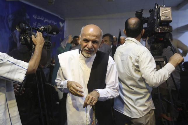 Afghan presidential candidate Ashraf Ghani Ahmadzai (C) leaves after a news conference in Kabul June 26, 2014.  REUTERS/Omar Sobhani