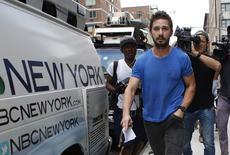 """En la imagen, LaBeouf sale de un tribunal de Manhattan en Nueva York, el 27 de junio de 2014. El actor Shia LaBeouf, que fue acusado la semana pasada de interrumpir una representación del musical """"Cabaret"""" en Nueva York, está recibiendo tratamiento por alcoholismo, dijo el martes su publicista. REUTERS/Mike Segar"""