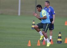 Paulinho participa de treino do Brasil na terça-feira. REUTERS/Marcelo Regua