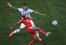 Marcos Rojo, da Argentina, disputa bola com Gelson Fernandes, da Suíça, durante partida na Arena Corinthians, em São Paulo. 1/6/2014 REUTERS/Paulo Whitaker