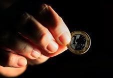 Un real brasileño es visto en una ilistración tomada en Rio de Janeiro, 11 de octubre de 2010. Las monedas latinoamericanas se debilitarían en los próximos meses, mostró un sondeo de Reuters, ya que se espera que un período de escasa volatilidad dé paso a una largamente anticipada escalada del dólar estadounidense en los mercados globales.  REUTERS/Sergio Moraes