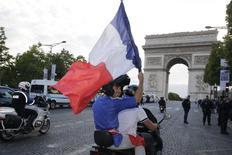 Torcedores franceses celebram, em Paris, vitória da seleção contra Nigéria durante a Copa. 30/6/2014     REUTERS/Philippe Wojazer