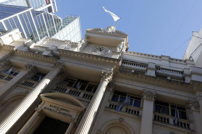 The facade of Argentina's Banco Central (Central Bank) is seen in Buenos Aires June 16, 2014.  REUTERS/Enrique Marcarian