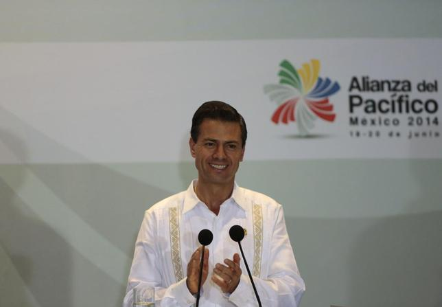 Mexico's President Enrique Pena Nieto applauds after the signing of agreements at the second day of the 2014 Alianza del Pacifico (Pacific Alliance) political summit in Punta Mita in the Nayarit region, in the West Coast of Mexico, June 20, 2014. REUTERS/Jorge Dan Lopez