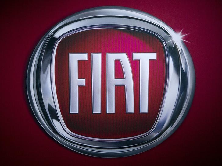 A Fiat logo is pictured at the Jacob Javits Convention Center during the New York International Auto Show in New York April 16, 2014.  REUTERS/Carlo Allegri
