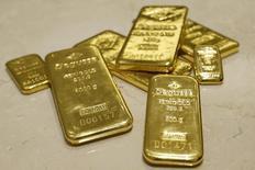 Слитки золота в хранилище трейдера Degussa в Цюрихе 19 аперля 2013 года. Цены на золото снизились с трехмесячного максимума накануне объявления итогов совещания Европейского центрального банка и макроэкономических отчетов в США. REUTERS/Arnd Wiegmann