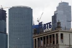 Логотип банка ВТБ на здании в Москве 18 марта 2013 года. Управляющий энергетикой Газпрома холдинг нашел способ получить долг с компании ИнтерРАО раньше срока, переуступив право требования госбанку ВТБ и получив от него 13 миллиардов рублей. REUTERS/Sergei Karpukhin