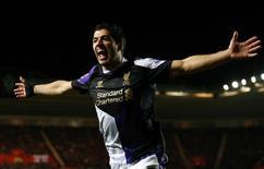 Jogador do Liverpool Luis Suárez comemora gol marcado por seu companheiro de equipe Stirling durante partida contra o Southampton pelo Campeonato Inglês, no estádio St. Mary, em Southampton. 1/03/2014. REUTERS/Andrew Winning