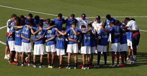 Jogadores da Costa Rica se concentram no início do treinamento em Santos. 17/06/2014.  REUTERS/Paulo Whitaker