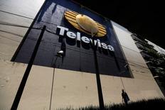 Un hombre camina junto al logo de la cadena de televisión Televisa en sus instalaciones en San Angel en Ciudad de México, 29 de abril de 2014. Comisiones del Senado de México dieron el jueves una aprobación general a la legislación necesaria para poner en práctica una reforma a los mercados de telefonía y televisión, con la que se busca poner límites al predominio del magnate de las telecomunicaciones Carlos Slim y la cadena Televisa. REUTERS/Tomas Bravo