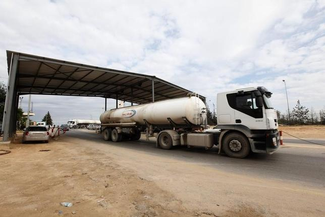 A tank truck exits from the main gate of the Zawiya refinery and oil port towards the local market, December 18, 2013. REUTERS/Ismail Zitouny