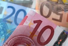Les ministres des Finances de la zone euro discuteront lundi des moyens d'accroître la place de la monnaie européenne dans le commerce international, après l'amende record infligée à BNP Paribas aux Etats-Unis, a déclaré jeudi Michel Sapin, ajoutant que d'autres banques pourraient subir le même sort. /Photo d'archives/REUTERS/Dado Ruvic (