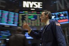 Un operador en la bolsa de Wall Street en Nueva York, jul 3 2014. La sesión recortada del jueves en la bolsa de Nueva York marcó un récord para el promedio Dow Jones industrial, que por primera vez cerró por encima de los 17.000 puntos tras un reporte de empleo de junio que trajo datos mejores a los esperados. REUTERS/Brendan McDermid