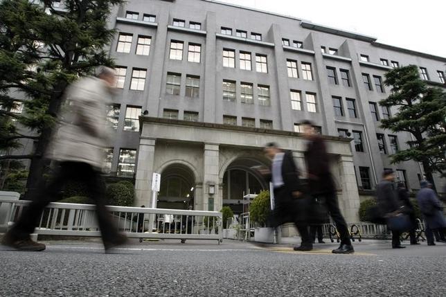 7月4日、麻生財務相は、事務次官に香川俊介主計局長、財務官に山崎達雄国際局長を充てる幹部人事を発表した。写真は財務省前で2009年3月撮影(2014年 ロイター/Toru Hanai)