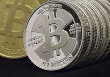 Les banques présentes dans l'Union européenne devraient cesser de proposer à leurs clients des comptes libellés dans des monnaies virtuelles telles que les bitcoins tant que des garde-fous réglementaires ne sont pas en place, estime l'Autorité bancaire européenne (ABE). /Photo d'archives/REUTERS/Jim Urquhart