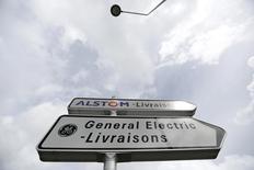 Alstom, en tête des hausses du CAC 40 avec un gain de 1,71%, est à suivre à la Bourse de Paris à la mi-séance. L'AMF a jugé jeudi que l'accord entre le gouvernement et Bouygues sur le dossier Alstom/GE constituait une action de concert, ce qui pourrait renchérir le coût de l'entrée de l'Etat dans Alstom. L'indice parisien est peu changé à 13h30 (-0,04% à 4.488.07 points) dans un marché peu actif. /Photo d'archives/REUTERS/Vincent Kessler