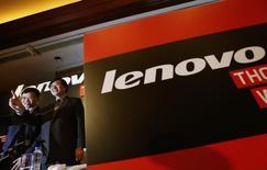 El presidente y CEO de Lenovo, Yang Yuanquing (D) saluda al lado del jefe de finanzas Wong Wai-ming, durante una conferencia de prensa en Hong Kong, 21 de mayo de 2014. La oficina antimonopolio del Ministerio chino de Comercio aprobó la propuesta del grupo Lenovo para adquirir en 2.300 millones de dólares el negocio de servidores a pequeña escala de IBM. REUTERS/Bobby Yip