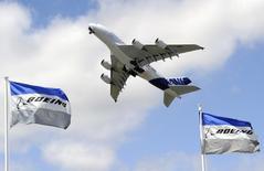 Airbus a vendu plus de 200 appareils en juin mais avec plus de 120 annulations au premier semestre il reste distancé par Boeing dans la course aux commandes que se livrent les deux avionneurs. /Photo d'archives/REUTERS/Gonzalo Fuentes