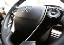 El logo de Honda Motor Co es visto en Tokio, 17 de junio de 2014. Honda Motor Co está expandiendo al estado de California un llamado a revisión de vehículos en regiones de Estados Unidos por bolsas de aire potencialmente explosivas fabricadas por Takata Corp, dijo la automotriz el viernes, tras una queja de que un conductor resultó herido en un accidente en ese estado. REUTERS/Yuya Shino