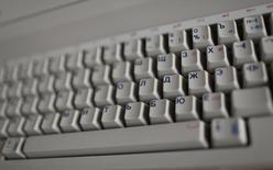 Le Parlement russe a adopté vendredi une loi controversée qui va contraindre les sites internet contenant des données personnelles de citoyens russes à utiliser des serveurs basés en Russie. Le texte est perçu par ses détracteurs comme une attaque contre les réseaux sociaux. /Photo d'archives/REUTERS/Wolfgang Rattay