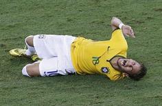 Neymar chora de dor após levar uma joelhada nas costas do colombiano Zuñiga durante jogo entre Brasil e Colômbia em Fortaleza, nesta sexta-feira. 04/07/2014 REUTERS/Leonhard Foeger