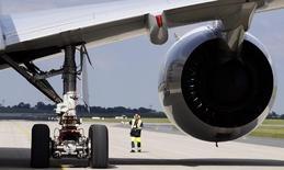 Airbus Group est confiant sur le niveau des commandes attendues lors du Salon international de l'aéronautique de Farnborough qui se déroulera la semaine prochaine, a déclaré samedi Marwan Lahoud, le directeur général délégué à la stratégie et à l'international du groupe d'aéronautique et de défense. /Photo d'archives/REUTERS/Tobias Schwarz