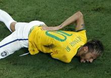 Neymar sente contusão após joelhada nas costas em jogo contra a Colômbia em Fortaleza. 04/07/2014. REUTERS/Fabrizio Bensch