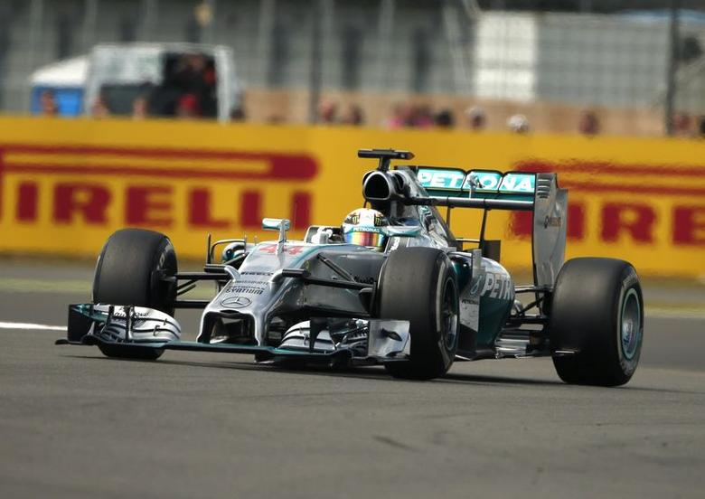 Mercedes Formula One driver Lewis Hamilton of Britain drives through a corner during the British F1 Grand Prix at the Silverstone Race circuit, central England July 6, 2014.   REUTERS/Phil Noble