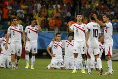 Jogadores da Costa Rica durante cobrança de pênaltis contra a Holanda, na Arena Fonte Nova, em Salvador. 5/7/2014 REUTERS/Sergio Moraes