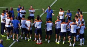 Jogadores da Holanda ouvem o técnico Louis van Gaal falar durante treino, no Rio de Janeiro. 6/7/2014 REUTERS/Pilar Olivares