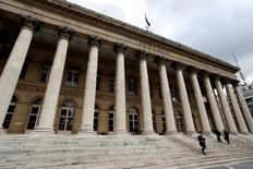 Les principales Bourses européennes ont ouvert en légère baisse après la publication d'un indicateur décevant sur la production industrielle en Allemagne. Le CAC 40 parisien perdait 0,39% peu après l'ouverture, le FTSE 100 britannique reculant de 0,16% tandis que le Dax allemand cédait 0,1%. /Photo d'archives/REUTERS/Charles Platiau