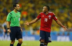 Juiz espanhol Carlos Velasco conversa com colombiano Camilo Zuñiga duante partida entre Brasil e Colômbia. 04/07/2014. REUTERS/Marcelo Del Pozo