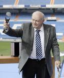 """Звезда мадридского """"Реала"""" Альфредо Ди Стефано держит в руках награду за свои достижения в """"королевском клубе"""" на стадионе """"Сантьягу Бернабеу"""" в Мадриде 17 февраля 2008 года. Звезда мадридского """"Реала"""" Альфредо Ди Стефано скончался в возрасте 88 лет в мадридской больнице через два дня после сердечного приступа, сообщили испанские газеты в понедельник. REUTERS/Andrea Comas"""