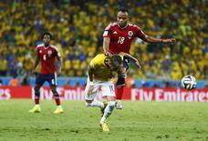 Neymar em lance com colombiano Camilo Zúñiga, que deu uma joelhada no brasileiro durante partida em Fortaleza que o deixou fora da Copa .  4/7/2014. REUTERS/Marcelo Del Pozo