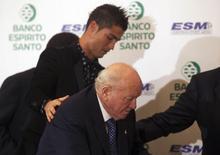 Cristiano Ronaldo e Alfredo Di Stéfano, do Real Madrid, em cerimônia realizada em Madri. 3/11/2011 REUTERS/Sergio Perez