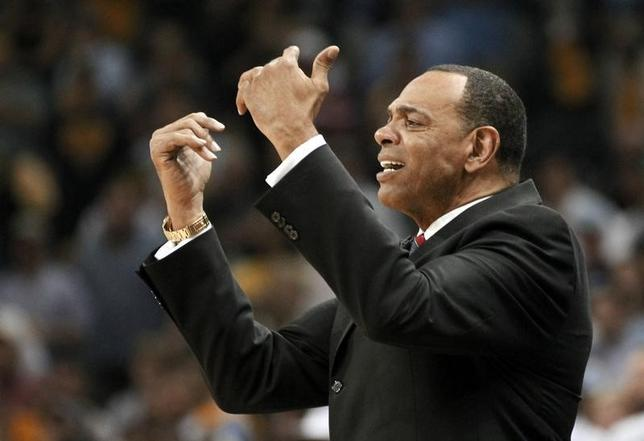 Lionel Hollins during the fourth quarter in Game 3 of their NBA Western Conference final playoff basketball series in Memphis, Tennessee May 25, 2013.  REUTERS/Mike Stone