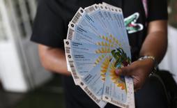 Torcedor mostra ingressos para Copa do Mundo, no Rio de Janeiro. 18/4/2014 REUTERS/Ricardo Moraes