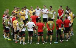 Técnico da Alemanha, Joachim Loew (centro), fala com seus jogadores durante treino em Belo Horizonte. 7/7/2014   REUTERS/Leonhard Foeger