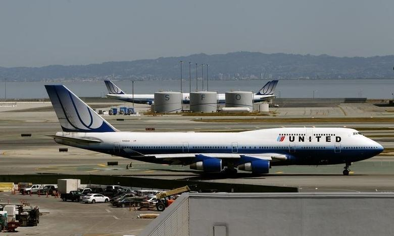 A United Airlines passenger jet taxis to a runway at San Francisco International Airport in San Francisco, California April 22, 2013.  REUTERS/Robert Galbraith
