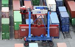 En données corrigées des variations saisonnières, les exportations allemandes en mai ont reculé de 1,1% par rapport à avril et les importations de 3,4%, leur plus forte baisse depuis novembre 2012. /Photo d'archives/REUTERS/Fabian Bimmer