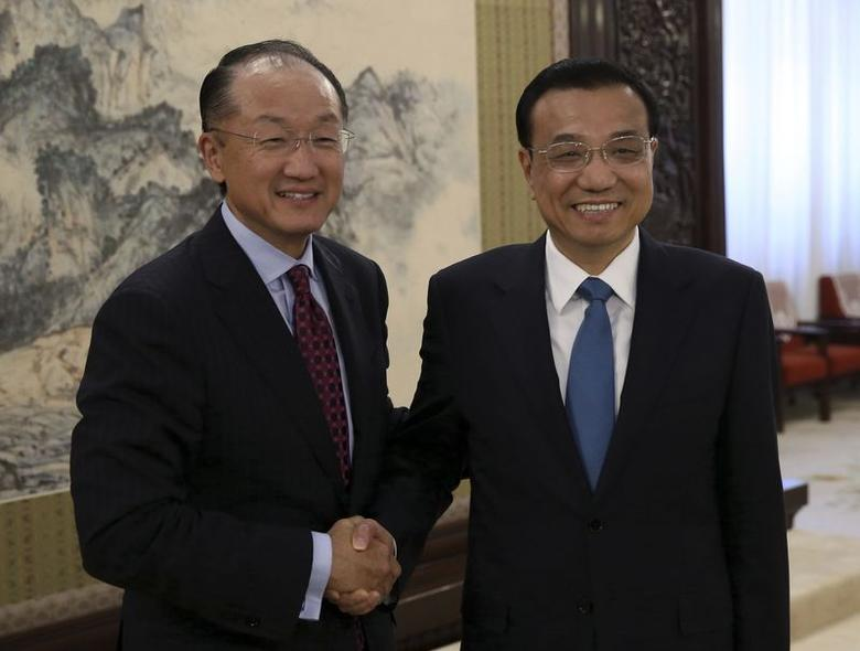 Chinese Premier Li Keqiang (R) shakes hands with World Bank Group President Jim Yong Kim during their meeting in Beijing, July 8, 2014. REUTERS/China Daily