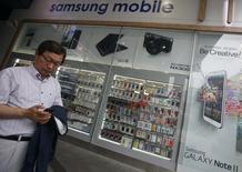 Samsung Electronics a livré mardi des résultats provisoires en nette baisse pour la période avril-juin, avec un recul de 24,5% de son bénéfice opérationnel qui reflète un ralentissement de la croissance des ventes de smartphones. /Photo d'archives/REUTERS/Kim Hong-Ji