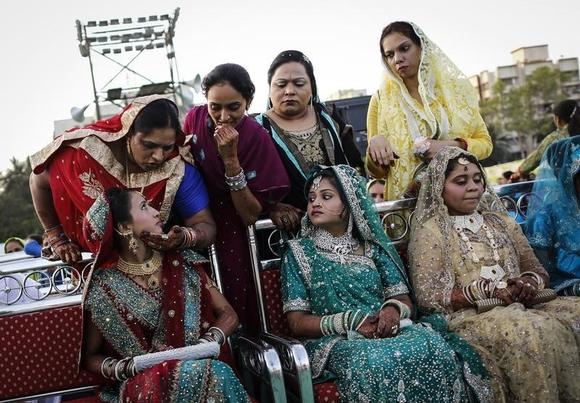 A Muslim bride speaks to her relative as they wait for the start of their mass marriage ceremony in Mumbai May 11, 2014. REUTERS/Danish Siddiqui