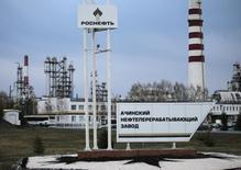 Ачинский нефтеперерабатывающий завод Роснефти, 28 апреля 2011 года. Череда аварий у российских нефтяников в 2014 году - следствие укрупнения отрасли, урезания расходов и халатности персонала, а усиление мер безопасности может исправить ситуацию лишь на время, считают аналитики и отраслевые эксперты. REUTERS/Ilya Naymushin