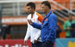Van Persie e técnico Van Gaal conversam durante treino da seleção da Holanda em São Paulo. 08/07/2014  REUTERS/Dominic Ebenbichler